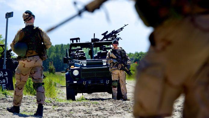 Militairen trainen halverwege juni in het oefendorp van Defensie in Zoutkamp in Groningen. Het betreft een eindoefening van de teams die de politie in Kunduz in Afghanistan in de praktijk gaan begeleiden en ondersteunen bij de uitvoering van hun politiewerk.