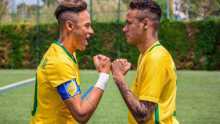 Neymar bekijkt zijn wassen evenbeeld, dat bij Madame Tussauds staat. Beeld PHOTO NEWS