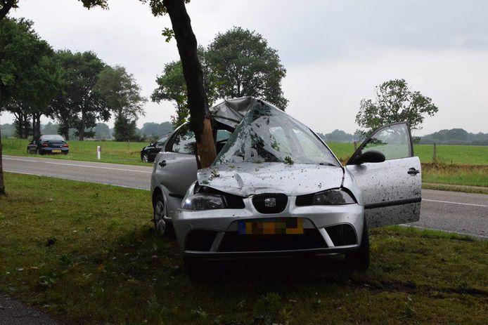 De bestuurder kon met rugklachten uit de auto stappen, die total loss raakte.