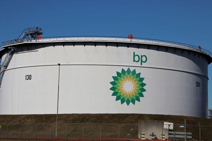 Een opslag tank van BP in Rotterdam.