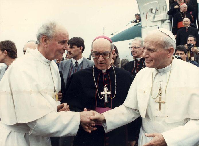 Pastoor Vekemans van Oerle ontvangt in 1985 Paus Johannes Paulus II op vliegveld Welschap.