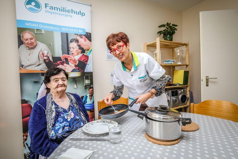 Familiehulpmedewerkster Rita Hoste serveert Mariette Declerck een lekkere dagschotel.
