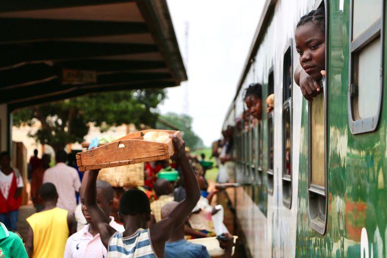 Straatverkopers op het Ribaue station in Noord-Mozambique. In Mozambique is de overheidsschuld in enkele jaren verdubbeld naar meer dan 100 procent van het bruto binnenlands product. Beeld AFP