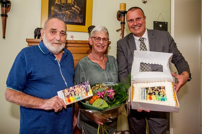 De heer en mevrouw Potters kregen vorig jaar nog een mantelzorgcompliment van 25 euro. Wethouder Dion Dankers nam ook taart mee.