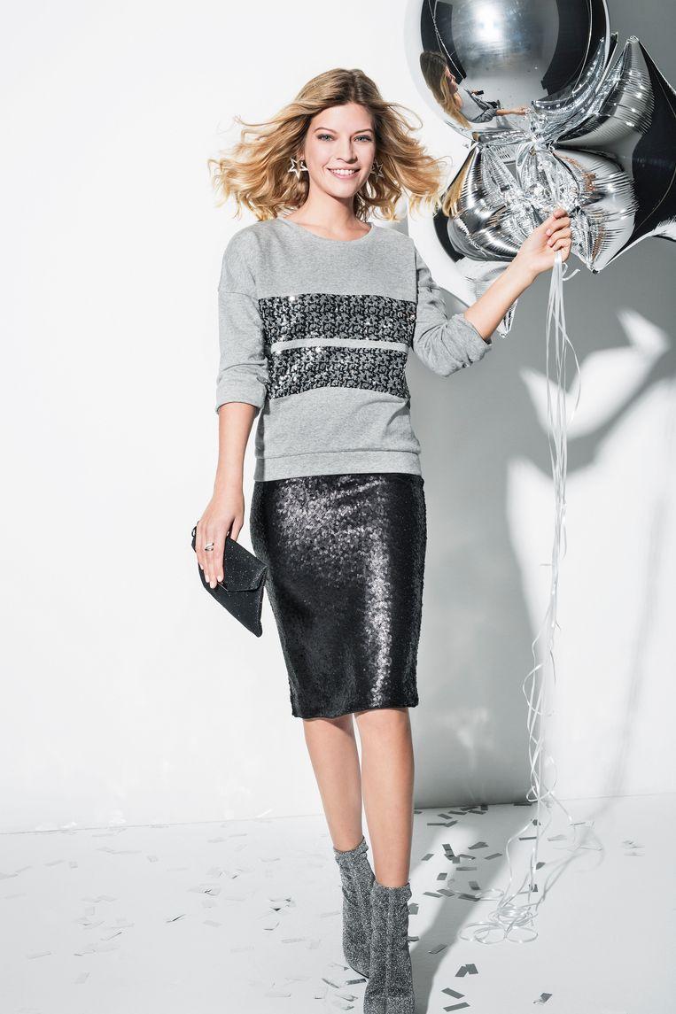 Grijze sweater met paillettenstroken € 27, 99 Kokerrok met pailletten € 29,99