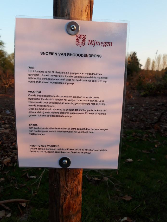Op de plaats van de fors teruggesnoeide rhododendrons in het Goffertpark in Nijmegen, staat een bordje met tekst en uitleg.