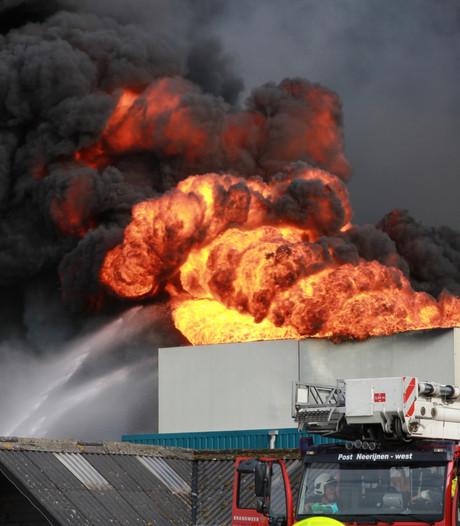 VIDEO: 20.000 varkens dood door enorme brand in schuur: gitzwarte rookwolken vanaf Rosmalen te zien