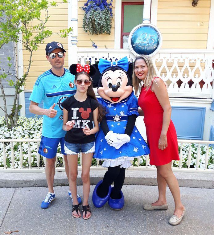 John van den Elshout uit Barendrecht met zijn gezin en Minnie Mouse in Disneyland Parijs.