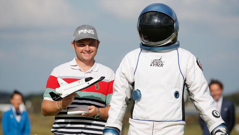 Andy Sullivan poseert met zijn prijs die hij verdiende na zijn hole-in-one op de KLM Open. Beeld null