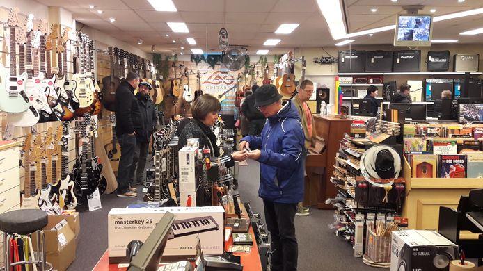 Drukte bij Sonora Muziek in Terneuzen. Odette Koster (midden) helpt een klant.