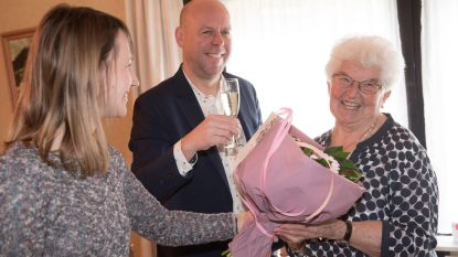Leona krijgt nu zelf bloemen voor 90ste verjaardag