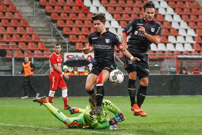 Doelman Thijmen Nijhuis van Jong FC Utrecht voorkomt een treffer van NEC'er Ferdi Kadioglu (midden).