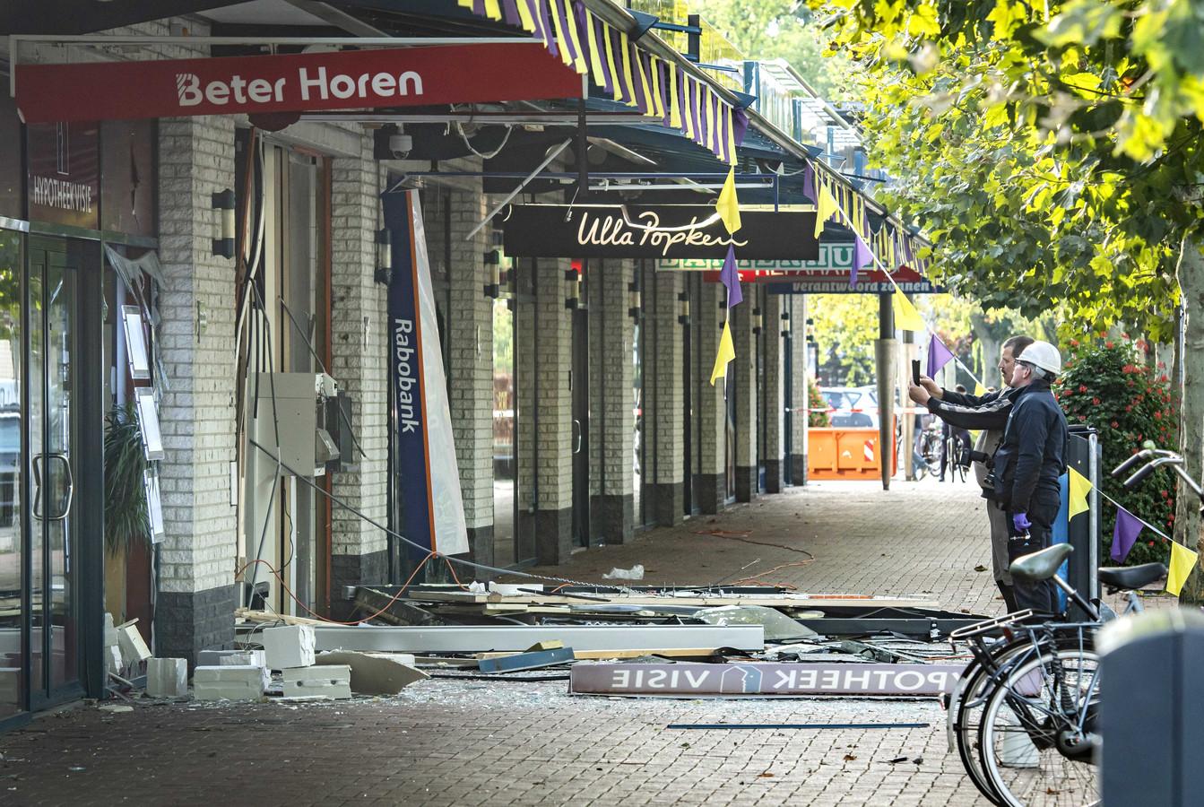 2019-09-20 09:02:03 UTRECHT - Door een plofkraak bij een betaalautomaat, van de Rabobank aan de Seinedreef bij winkelcentrum Overvecht, is er een hoop schade ontstaan. ANP KOEN LAUREIJ