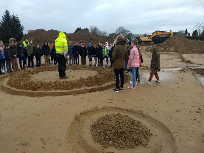 Ook de scholen werden rondgeleid op de archeologische site.