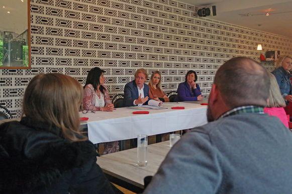 (van links naar rechts) Tania Braeckman, Meester Frank Scheerlink, Meester Ellen Baele en Sabine de Maesschaelk