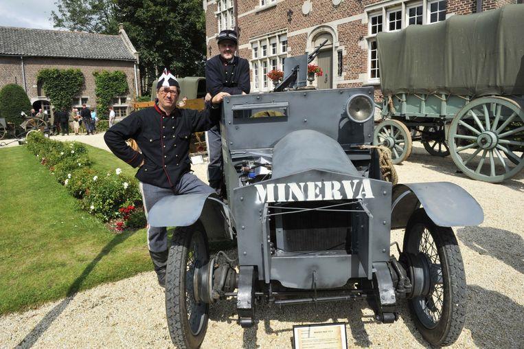 Henk Devos (links) en Tony Brondel (rechts) bij een unieke replica van een Minerva.