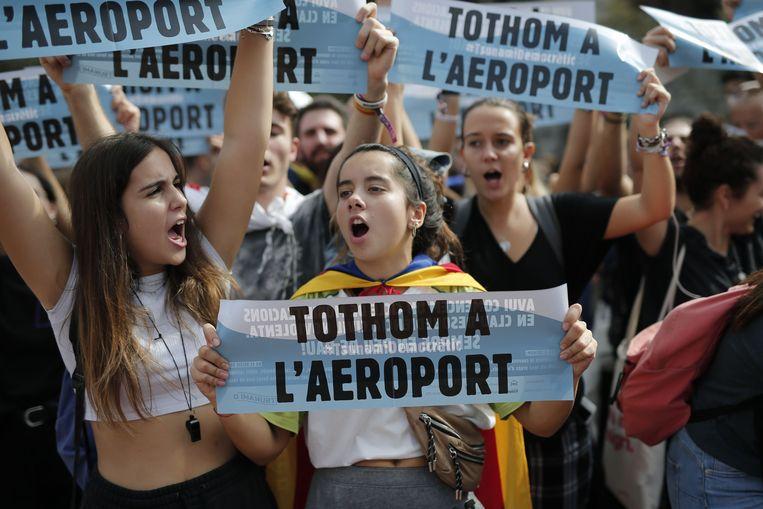 """""""Iedereen naar de luchthaven"""", klinkt het op een protestbordje."""