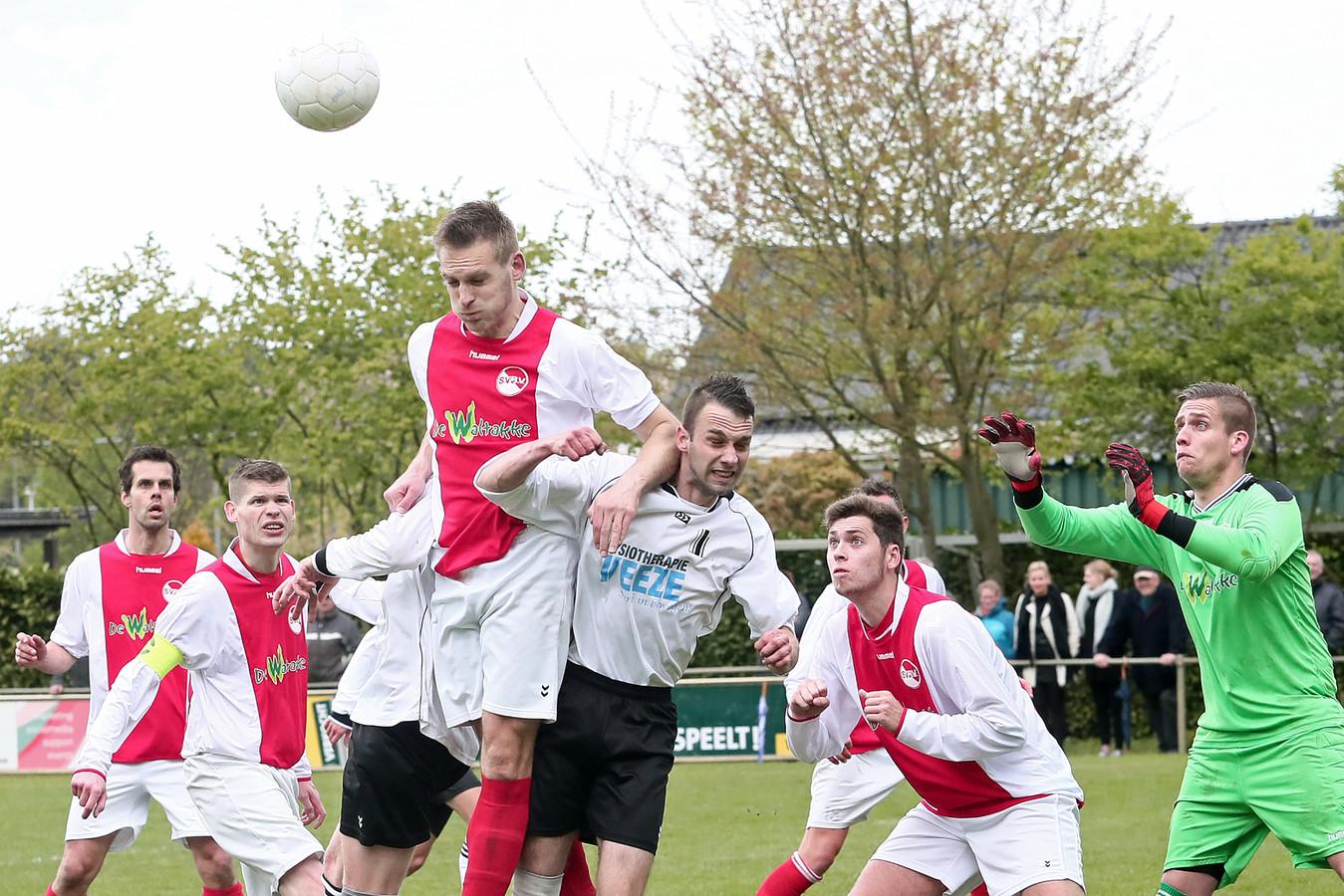 Klein Dochteren (witzwart) zit in de verdrukking en moet het eerste elftal uit competitie halen.