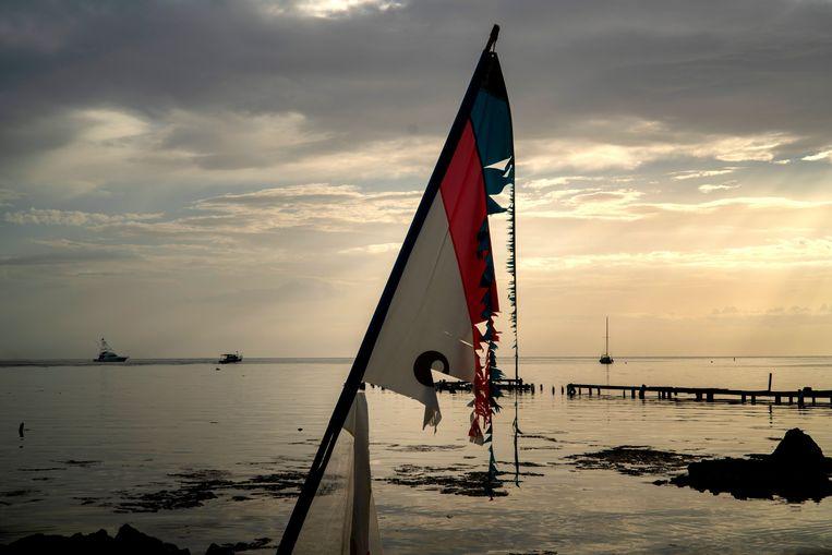Een kapotgewaaide vlag in een haven in Puerto Rico, waar booteigenaars uit voorzorg hun boten weghalen.