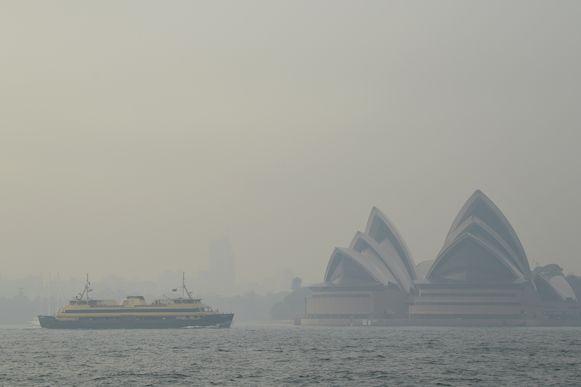 Het Opera House in een deken van rook.