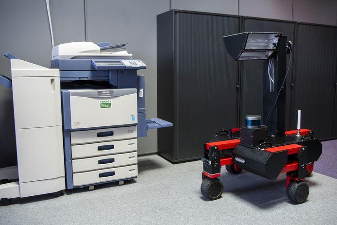 Een robot met UV-C-verlichting in een kantoor.