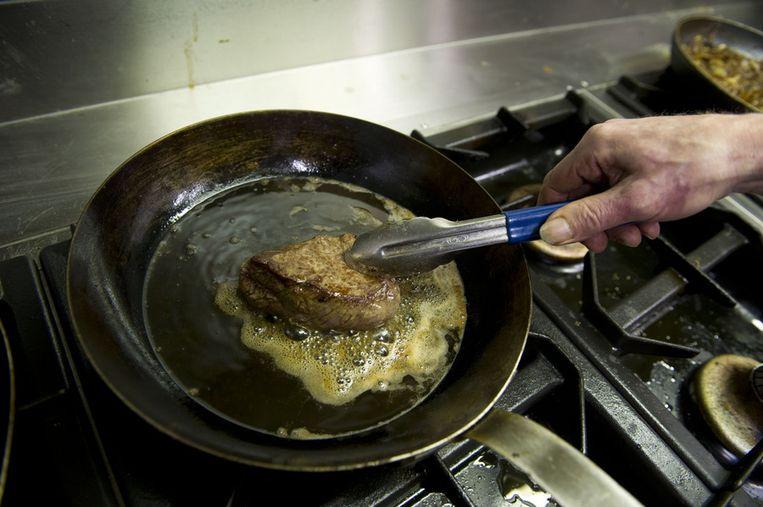 Een paardenbiefstuk wordt bereid bij Steakhouse Piet de Leeuw. Beeld ANP