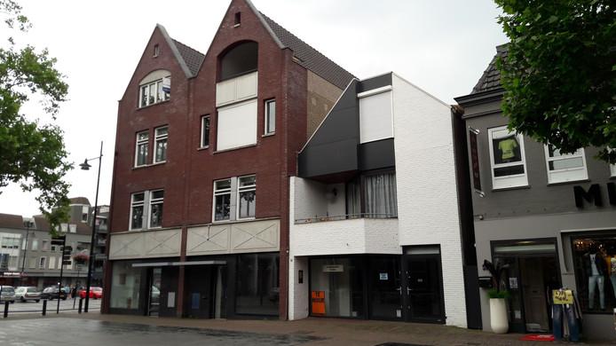 Markt 56 (witte pand) en de zaak links worden samengevoegd tot een groot pand voor een restaurant in de toekomst.