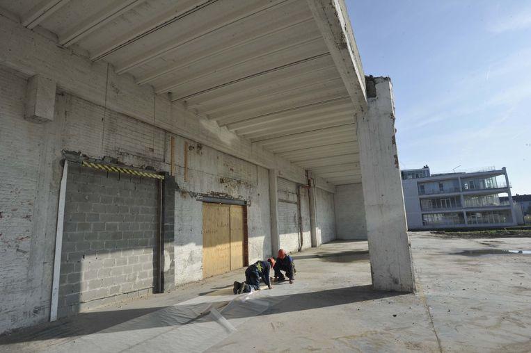 Buiten wordt naarstig gewerkt aan de metamorfose van het gebouw.