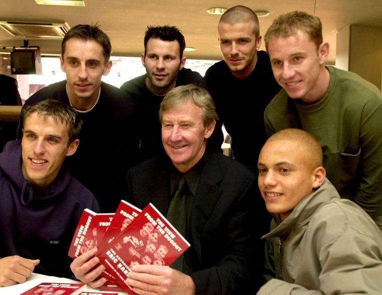 Eric Harrison (midden onderaan) met enkele van zijn pupillen. We herkennen van links naar rechts Gary Neville, Phil Neville, Ryan Giggs, David Beckham, Nicky Butt en Wes Brown.