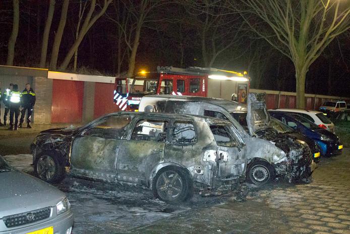 Auto volledig uitgebrand in Bergen op Zoom. Foto GinoPress