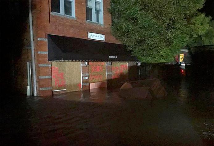 In het centrum van New Bern lopen de straten en huizen vol water.