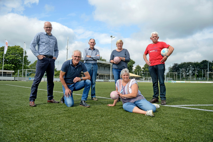 John Meijerink, Alfons Hampsink (geknield), Theo Punt, Ine Oude Elferink, Melanie Olde Riekerink (liggend) en Henk Dierselhuis op het hoofdveld van hun club.