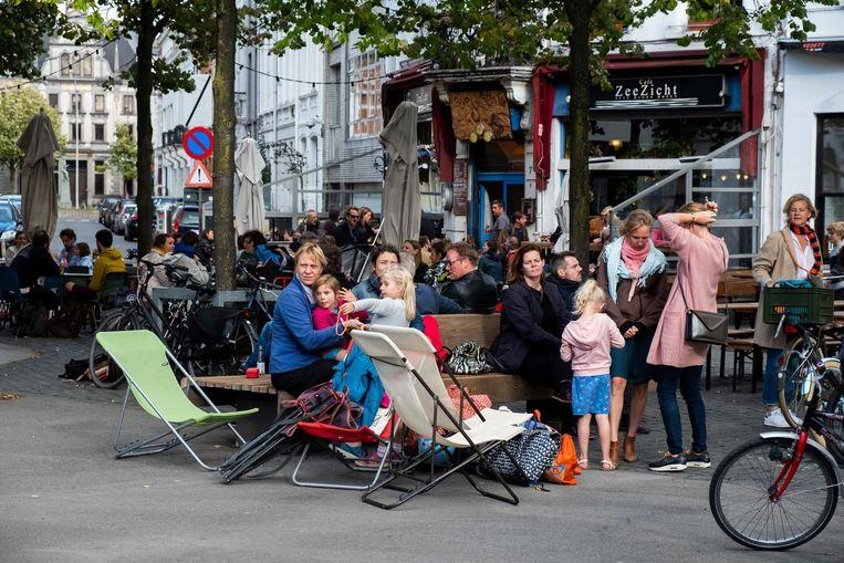 Het kloppend hart van de wijk Zurenborg is de Dageraadplaats, een gezellig plein waar liefst acht straten op uitkomen. Kinderen spelen er naar hartenlust.