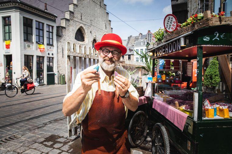 Carl Demeestere bij zijn kraam op de Groentenmarkt.