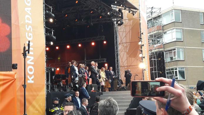 De koninklijke familie op het podium bij het dankwoord.