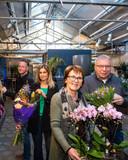 Els en John Thijert (rechts) vinden het welletjes na ruim 40 jaar in het bloemenvak. Roy Albers en Lotte Wijngaard (links) nemen de zaak over.