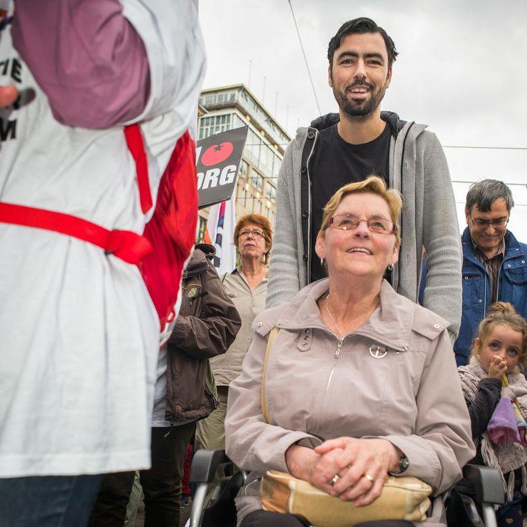 Ron Meyer loopt met zijn moeder mee tijdens de demonstratie 'Red de zorg' in 2015. Beeld Jiri Buller / de Volkskrant