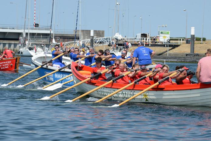 50 sloepen deden zaterdag vanuit de haven van Bruinisse mee aan de roeiwedstrijd over een afstand van 12,5 kilometer op de Oosterschelde. De overwinning ging zowel bij de mannen (Grutte Bear) als de vrouwen (Lytse Bear) naar de teams uit Joure.