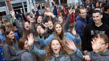 FOTO: Jeugdraad bouwt feestje op Grote Markt tijdens Dag van de Jeugdbeweging
