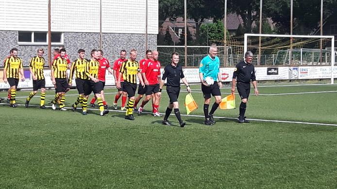 De spelers komen onder aanvoering van oud-scheidsrechter Roelof Luinge het veld in Nuland op.