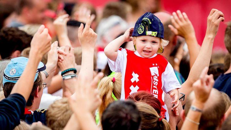 Een jonge fan tijdens de open dag van Ajax Beeld anp