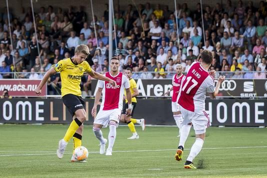 Samuelsen scoort, maar de goal wordt afgekeurd.