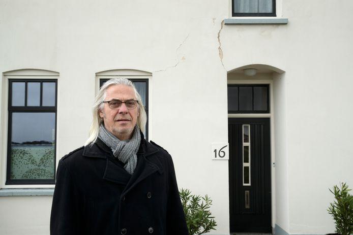 Silvester van Veldhoven is klimaatslachtoffer: door de aanhoudende droogte vertoont De IJsselstroom scheuren in de gevel.