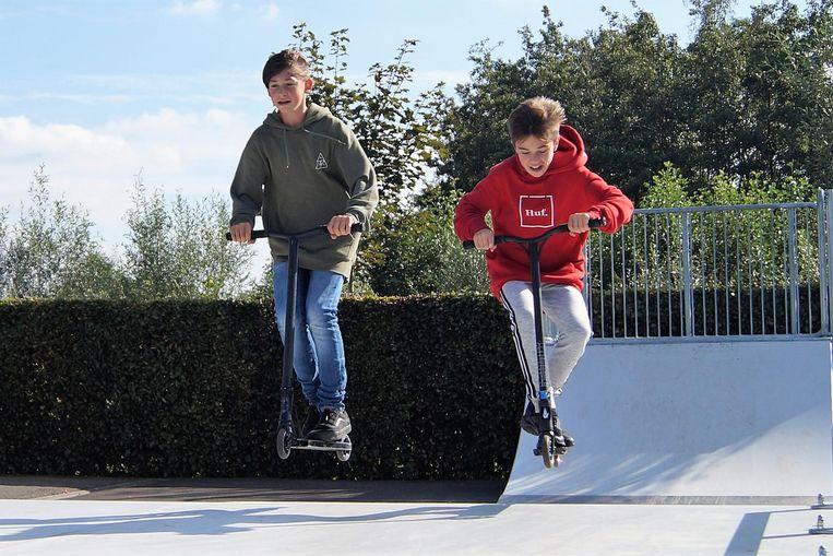Yari Clauws en Daan Vuylsteke (12) genieten van het nieuwe skatepark.
