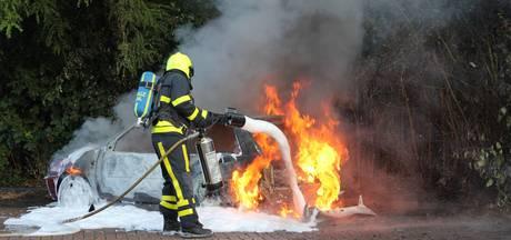 Auto uitgebrand bij station in Tiel