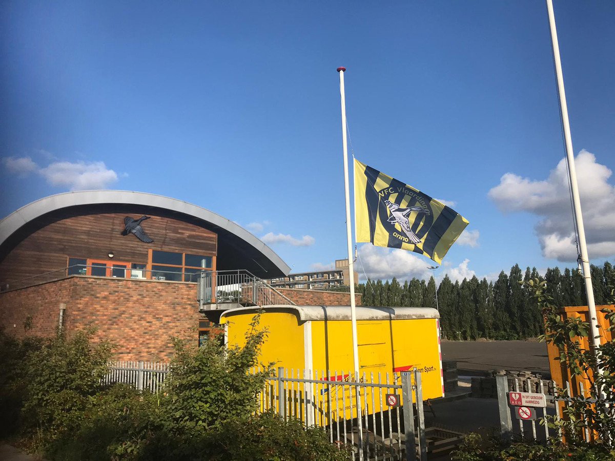 Vlag halfstok bij voetbalclub VFC in Vlaardingen, ter nagedachtenis aan Zacharias Monteiro.