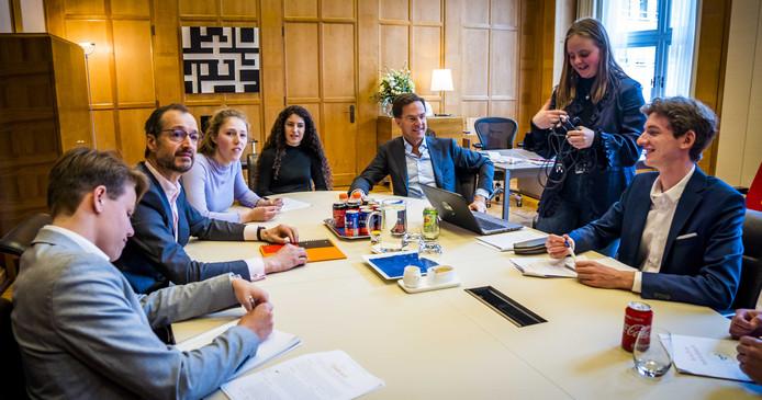 Premier Mark Rutte en minister Eric Wiebes (Economische Zaken en Klimaat) hebben opnieuw een ontmoeting met de klimaatspijbelaars. In februari spraken de scholieren ook al met de premier en de minister.