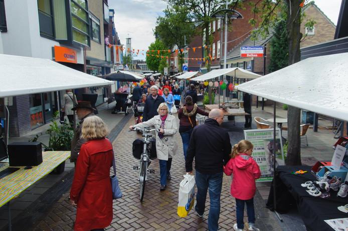 Blik op een zomerfestival in de Drienerstraat.