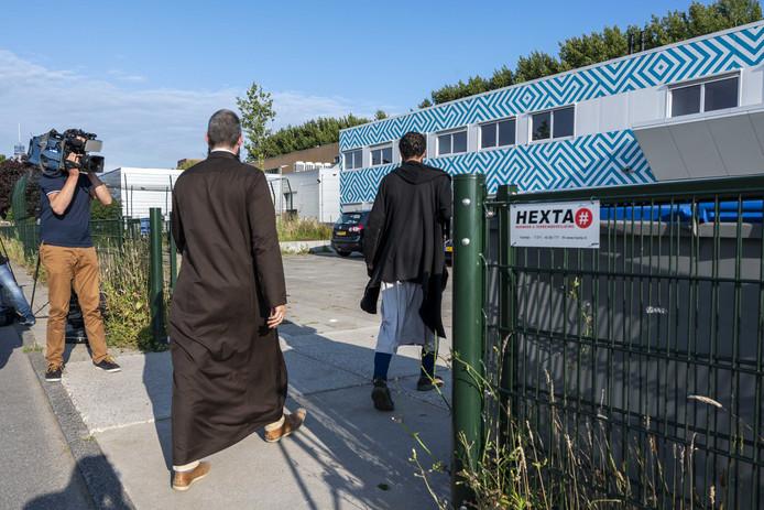 Op het Cornelius Haga Lyceum komen mensen aan voor een bijeenkomst over de perikelen rond de islamitische school.