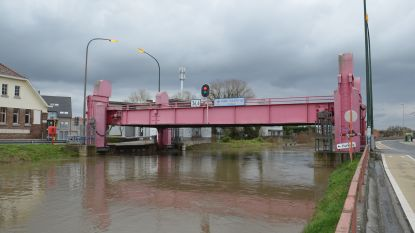 Oude Kaaibrug omhoog door hoge waterpeil Dender
